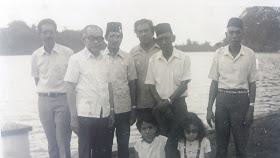 Bung Hatta ketika berkunjung ke Banda Neira tahun 1973 bertemu Des Alwi dan keluarga Bahalwan.