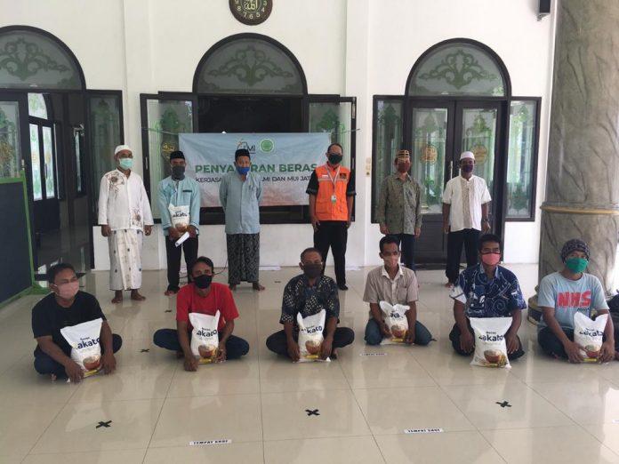 Bantu Daerah Potensial Dakwah, LMI dan MUI Jatim Kolaborasi Bagikan Sembako