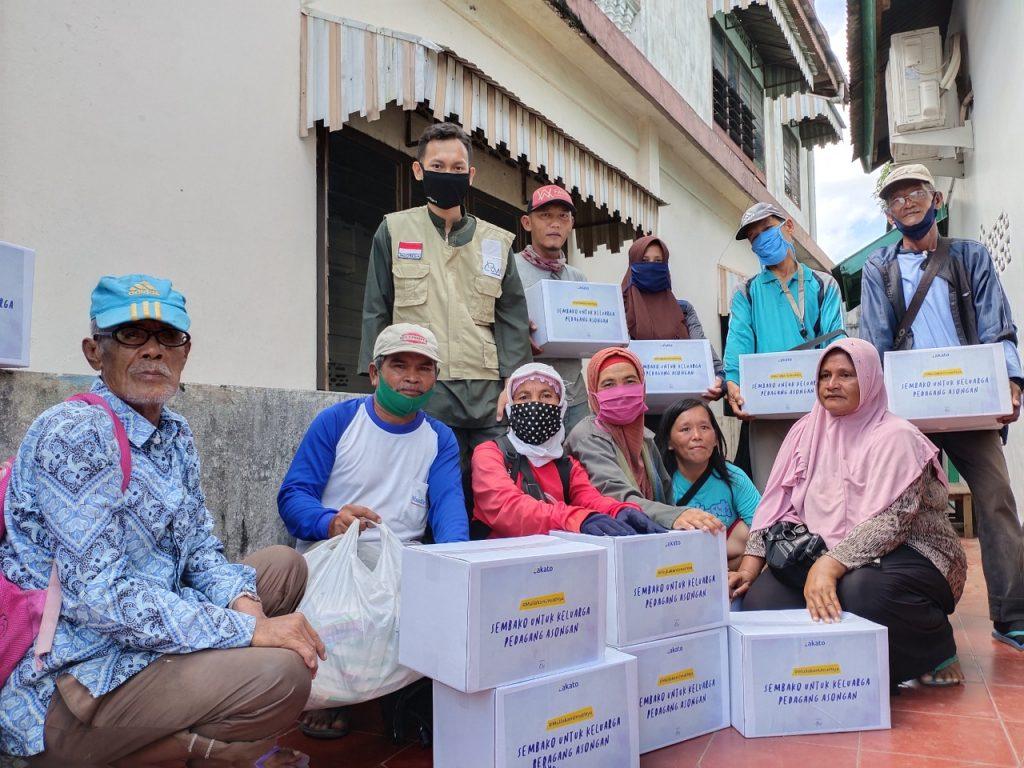 Bantu Ketersediaan Pangan, LMI Bagikan Sembako ke Pedagang Asongan