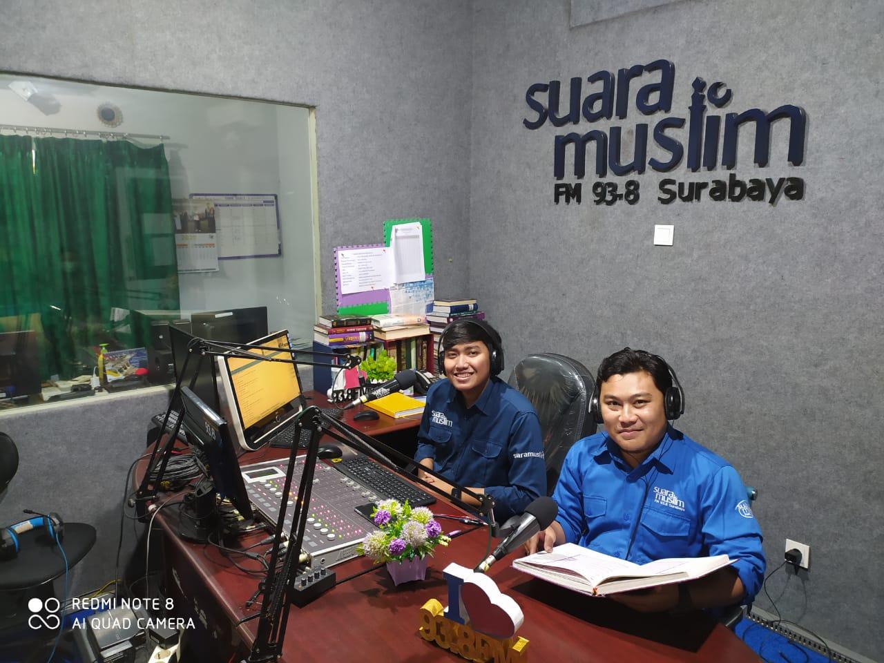 Suasana siaran program Jelajah Al-Qur'an Radio Suara Muslim Surabaya. Foto: suaramuslim.net.